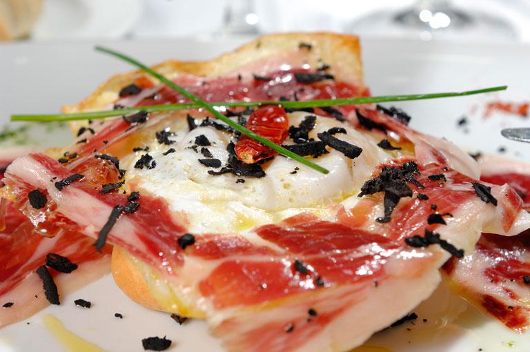 Huevo frito con jam n ib rico y lascas de trufa ocas del - Platos con jamon iberico ...